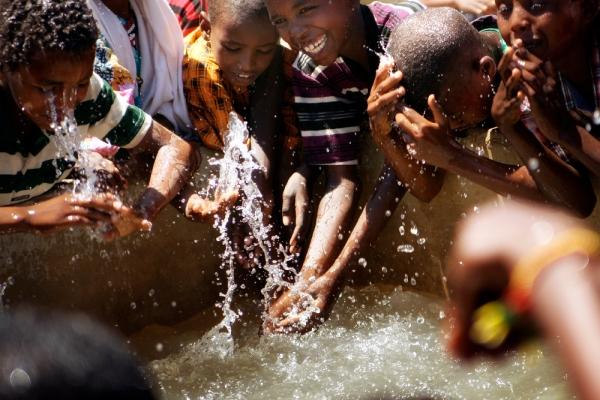 Die Stiftung MfM stattet ihre Schulen mit Wasserstellen für die Kinder aus.