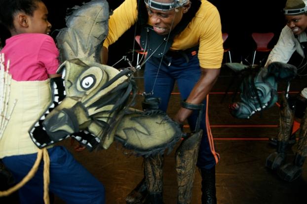 Serena und Pierre proben eine Szene: Die fiese Hyäne treibt Löwenkind Nala in die Enge