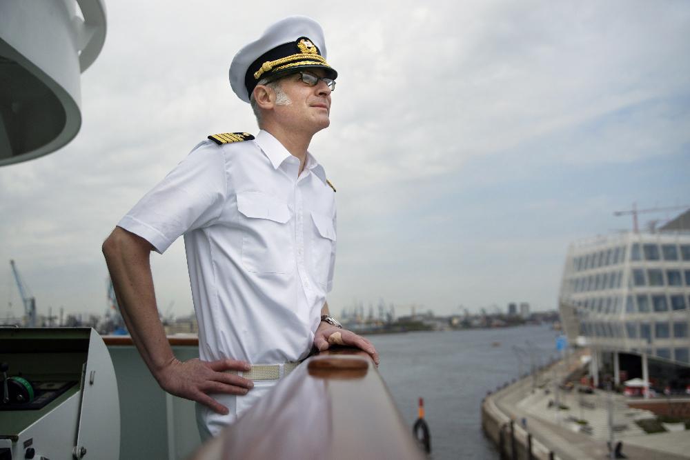 Kapitän Mühlebach im Hamburger Hafen auf der Brücke der MS Deutschland.