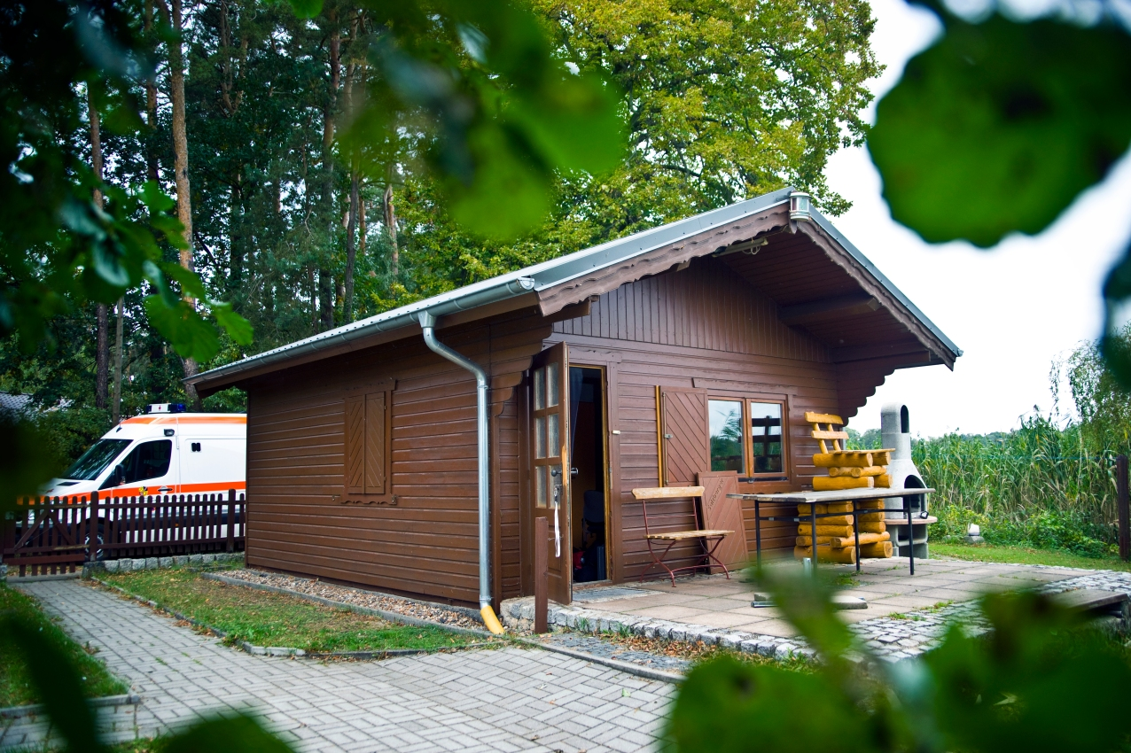 Ein Holzhäuschen hinter Schilff: Die Station der Müllroser Wasserwacht.
