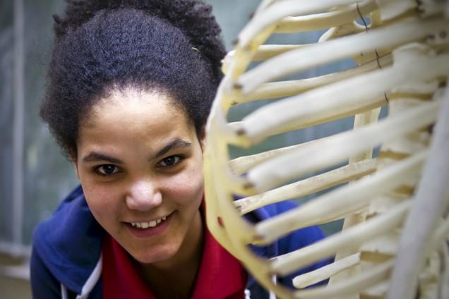 Tiruye macht Späße mit dem Skelett aus dem Biounterricht