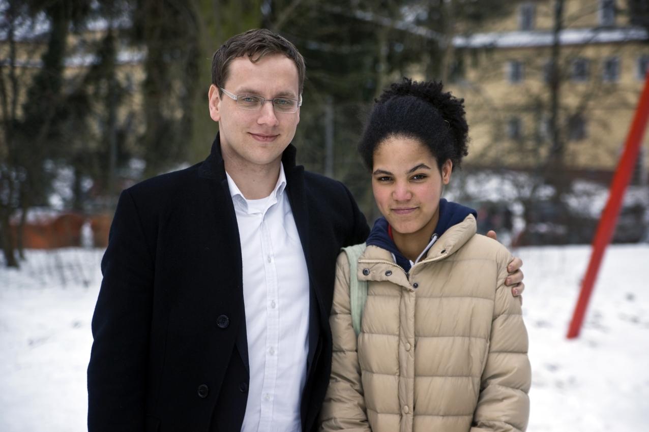 Isler und Tiruye auf ihrem Schulhof in Berlin.